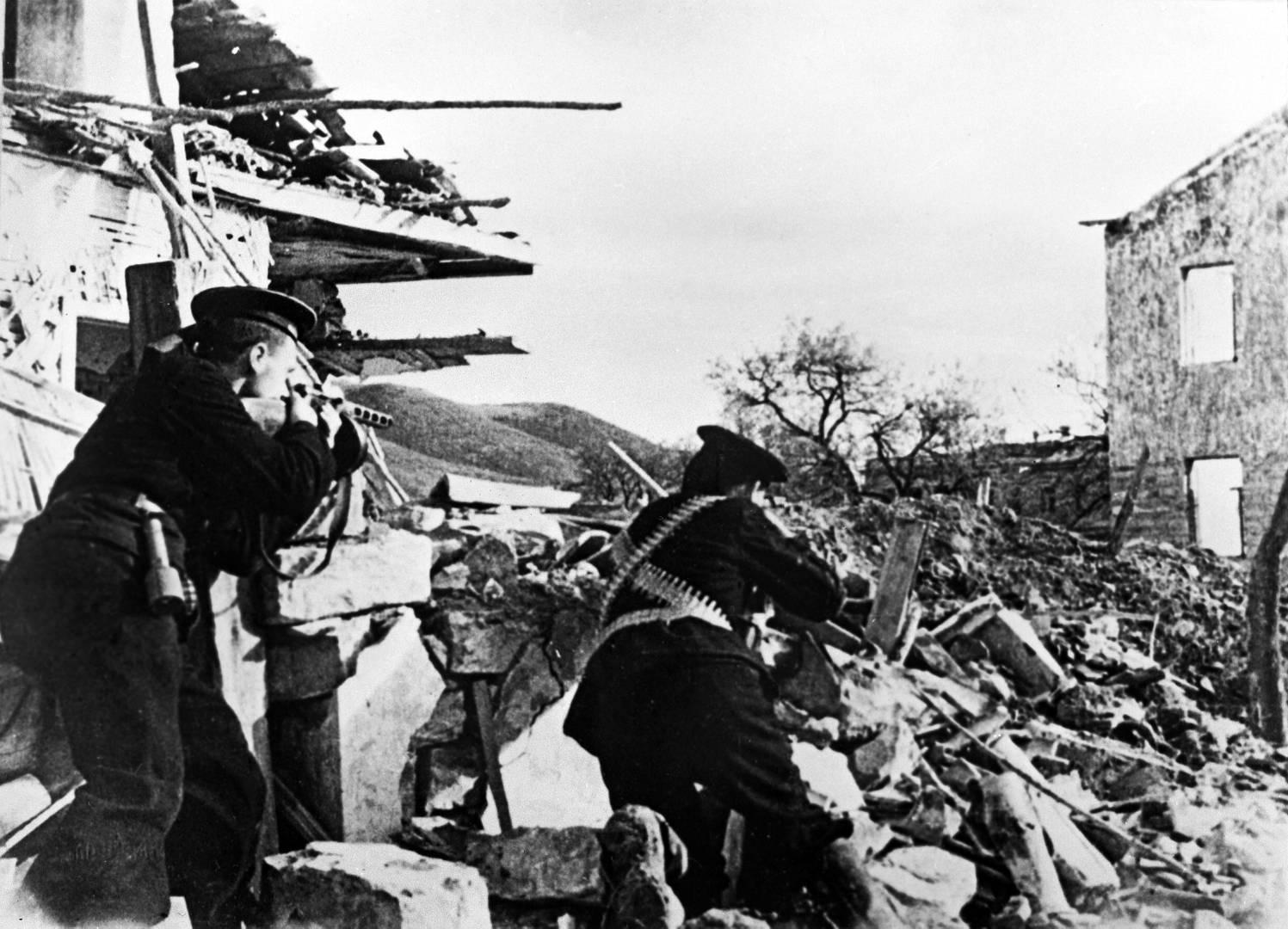 Морпехи Черноморского флота в бою под Севастополем. Май 1942 года