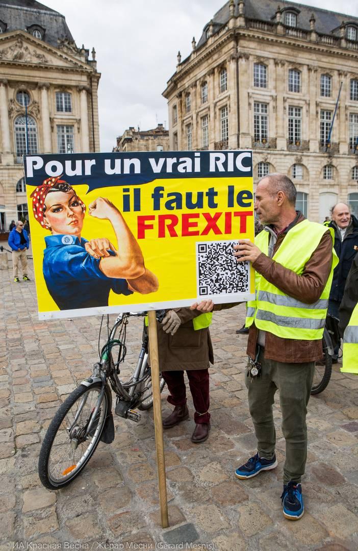 Плакат гласит, что настоящий RiC (Rassemblement pour l'Initiative Citoyenne - народный референдум – прим.) может быть проведен только после «Frexit» (имеется в виду выход Франции из ЕС – прим.)