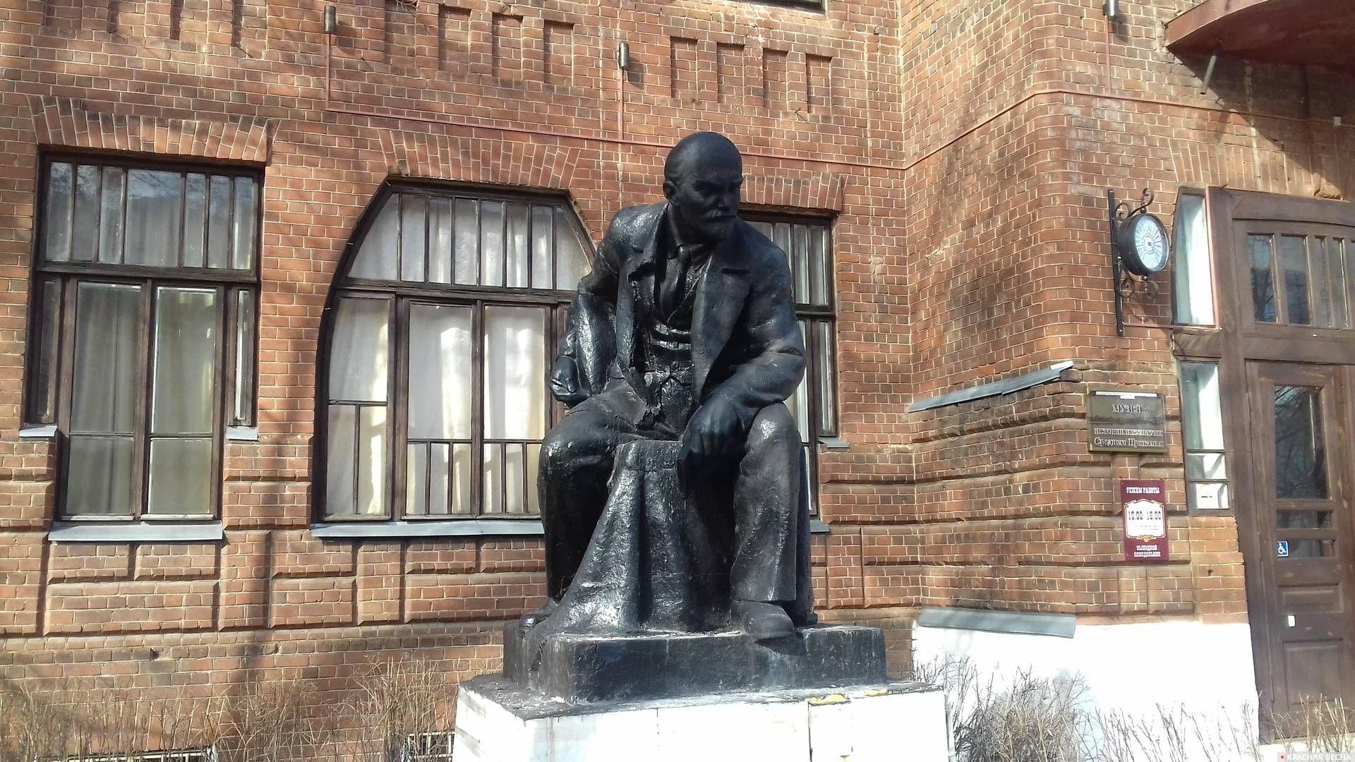 Восстановленный памятник Ленину у музея истории. Сарапул. Удмуртия