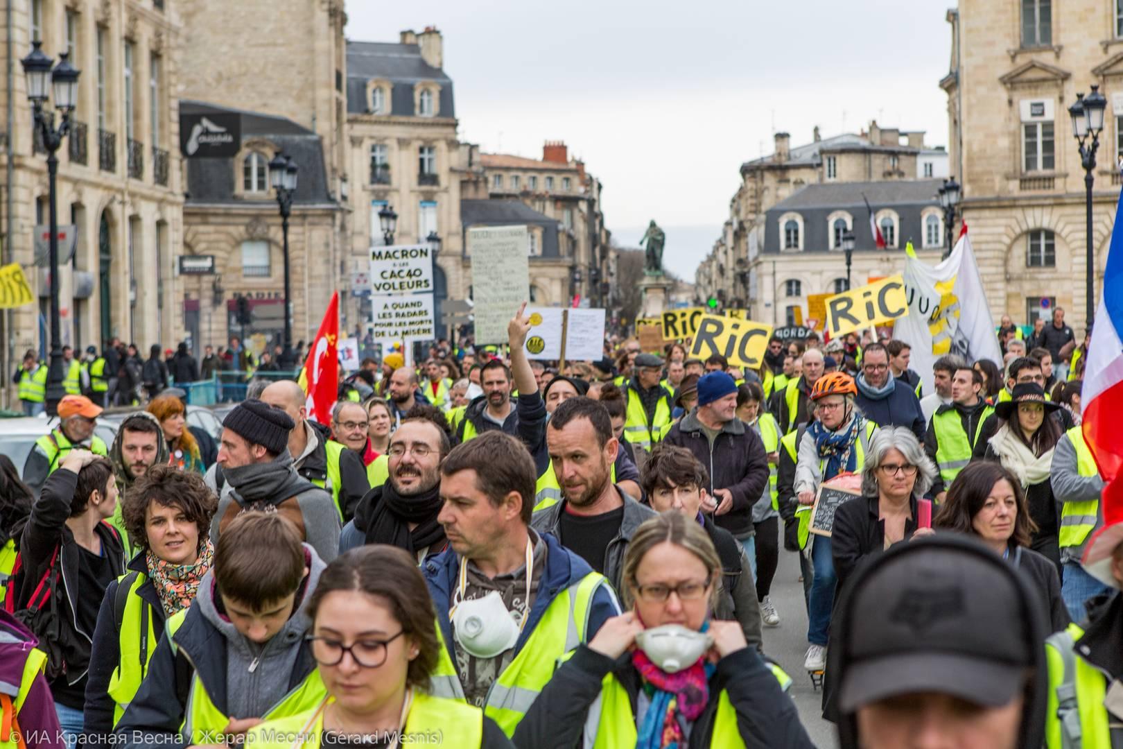 Протестующие несут множество плакатов RiC (Rassemblement pour l'Initiative Citoyenne - народный референдум – прим.), призывая решать вопросы народным голосованием