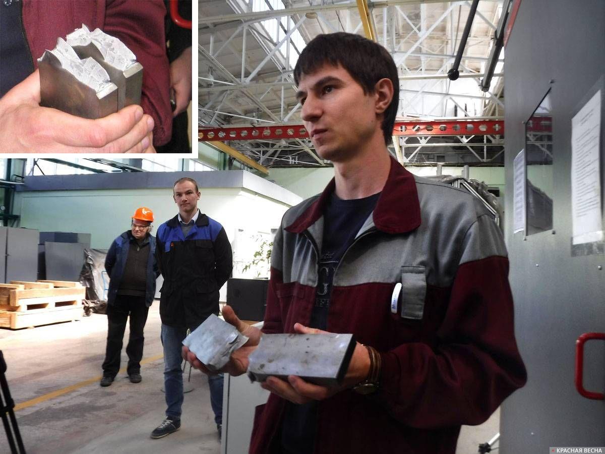 Ведущий инженер Александр Ларионов демонстрирует образец, разрушенный с помощью копра. 30.05.2019