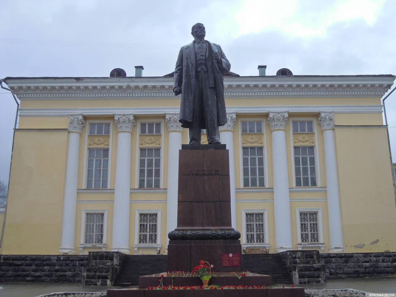 Памятник Владимиру Ильичу Ленину у библиотеки им Ленина в городе Ижевске