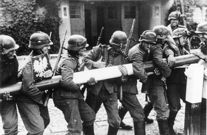 Солдаты вермахта ломают шлагбаум на пограничном пункте в Сопоте (граница Польши и Вольного города Данцига). 1 сентября 1939