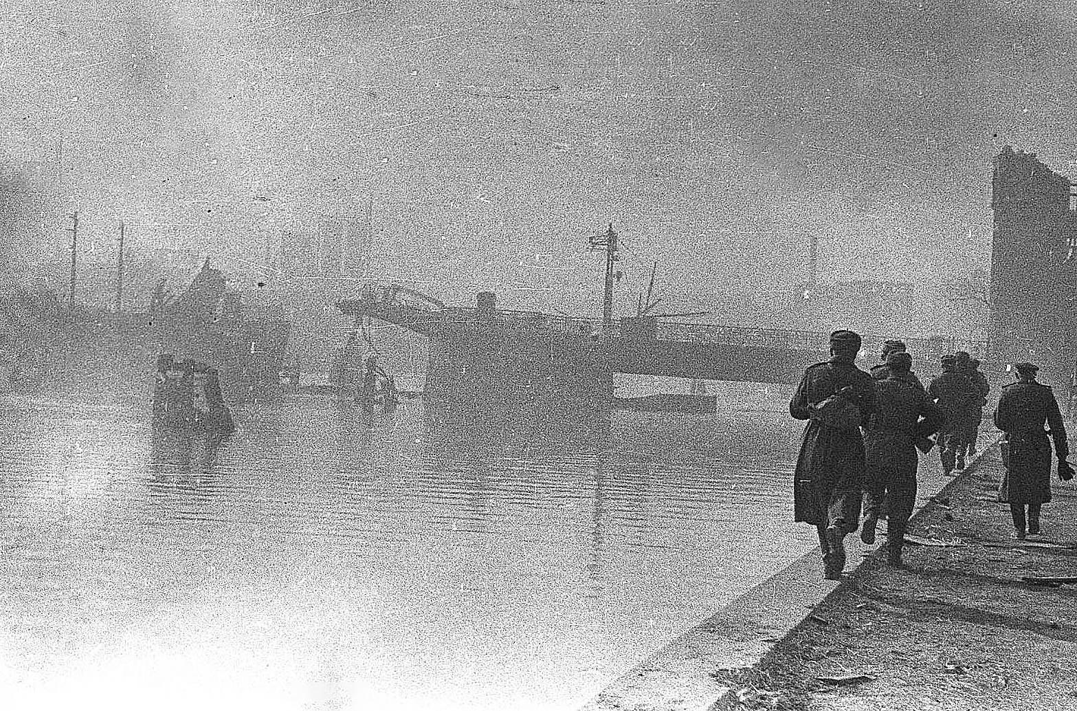 Михаил Савин. Советские солдаты идут по набережной разрушенного в боях Кенигсберга. Апрель 1945