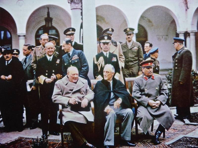 Премьер-министр Великобритании Уинстон Черчилль, президент США Франклин Рузвельт и председатель Совета Народных Коммисаров СССР, верховный главнокомандующий и председатель Государственного комитета обороны Иосиф Виссарионович Сталин на Ялтинской конференции