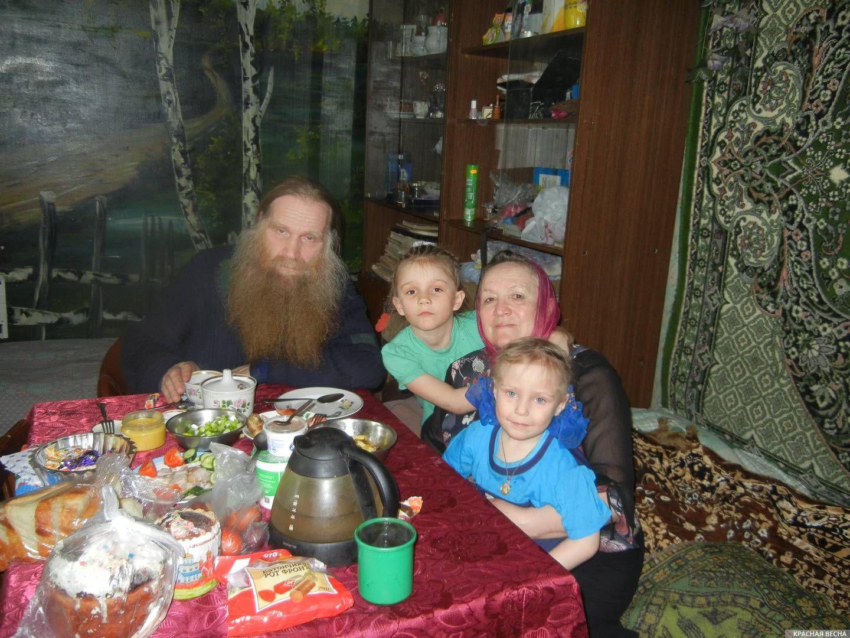Девочки с бабушкой и духовником семьи отцом Леонидом