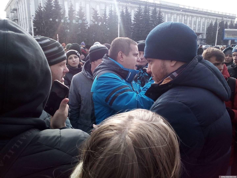 Игорь Востриков призывает людей собраться в субботу в 10 часов. Стихийный митинг в Кемерово, 27.03.2018