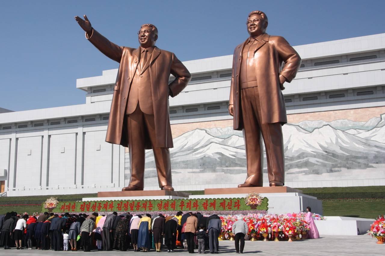 Статуи Ким Ир Сена и Ким Чен Ира в Пхеньяне