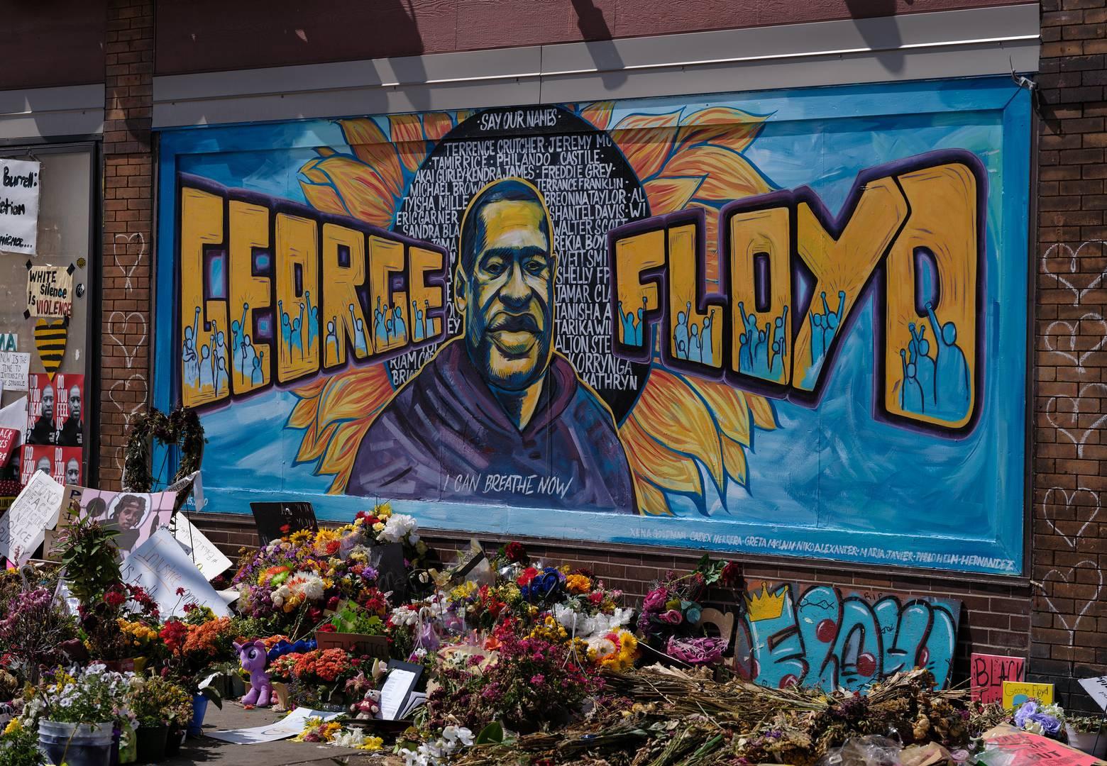 Цветы и граффити возле магазина, у которого погиб Джордж Флойд
