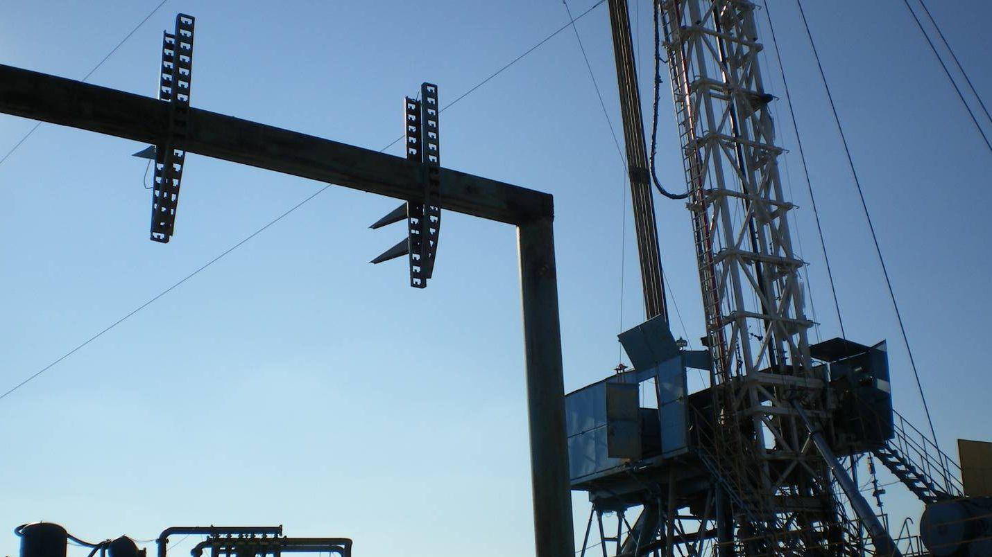 Работа нефтедобывающего оборудования.