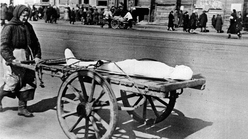 Женщина везет умершего в дни блокады Ленинграда.