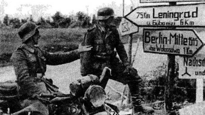 До Ленинграда — 75 километров. Мотоциклисты 1-й танковой дивизии у дорожного указателя на подступах к Ленинграду