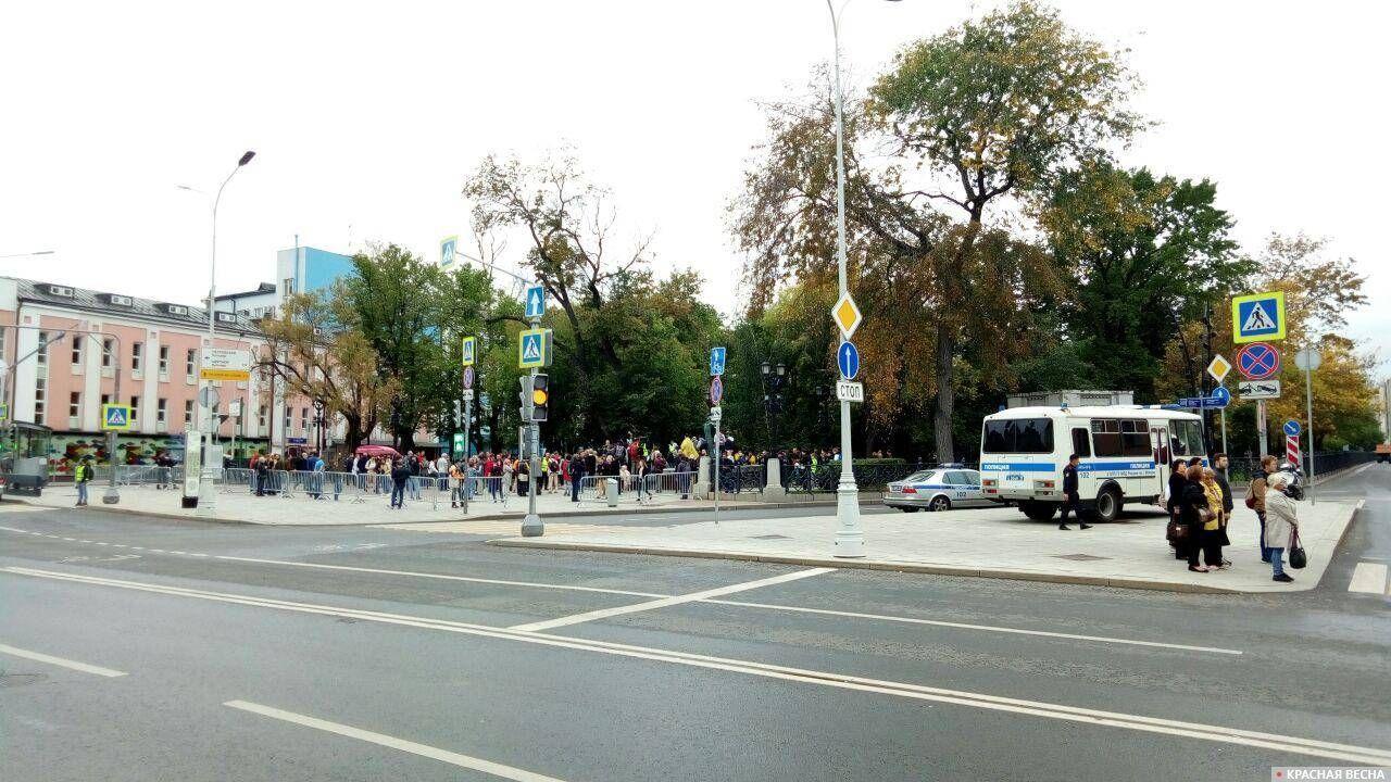 После пустынных бульваров Петровка «радует» хоть каким-то количеством протестующих.