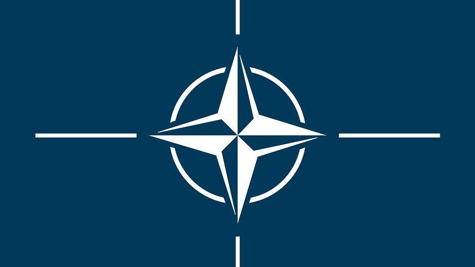 У свободной Латвийской Республики сейчас есть более приоритетные направления. На рис. - флаг НАТО