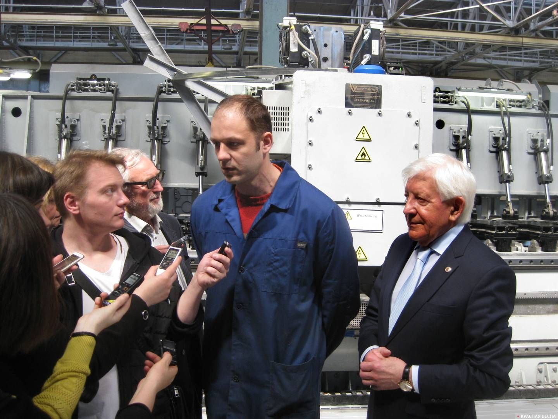 Начальник лаборатории алюминиевых сплавов Евгений Олиференко дает интервью журналистам. 30.05.2019