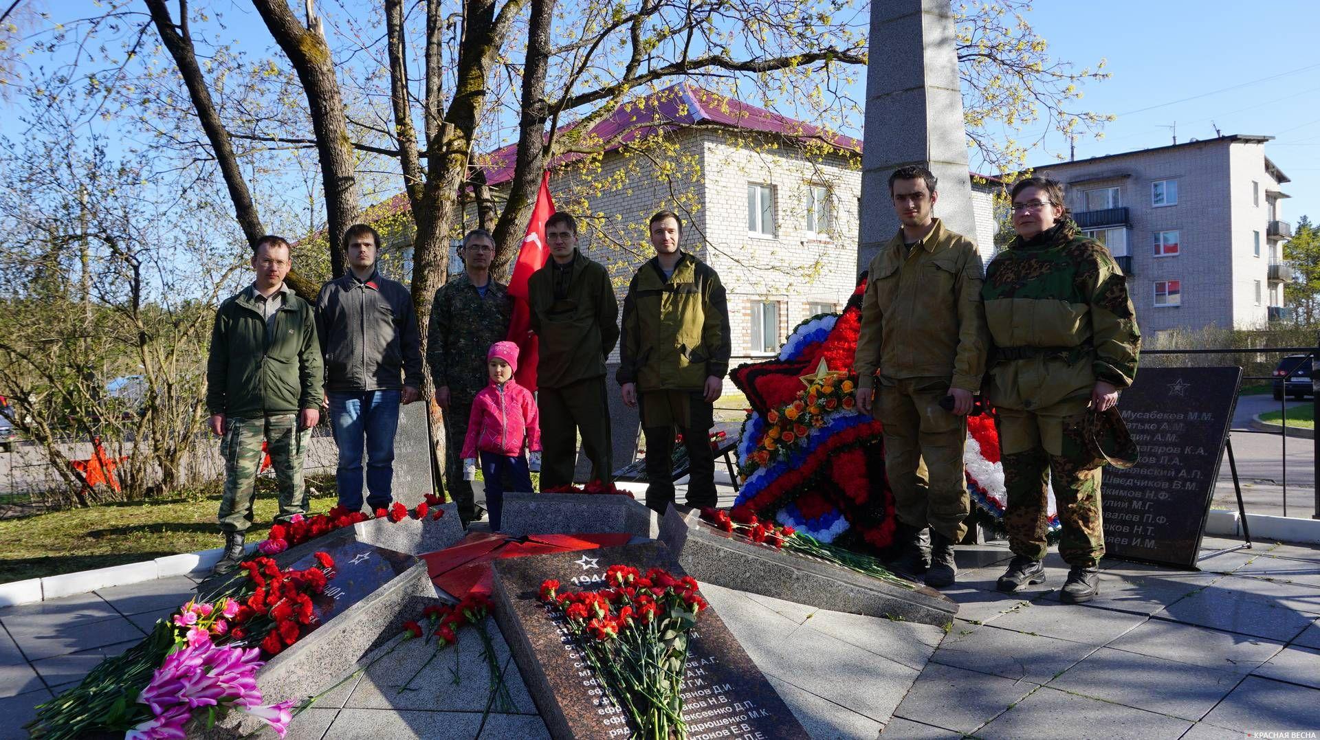На братской могиле в поселке Поляны. Ленинградская область