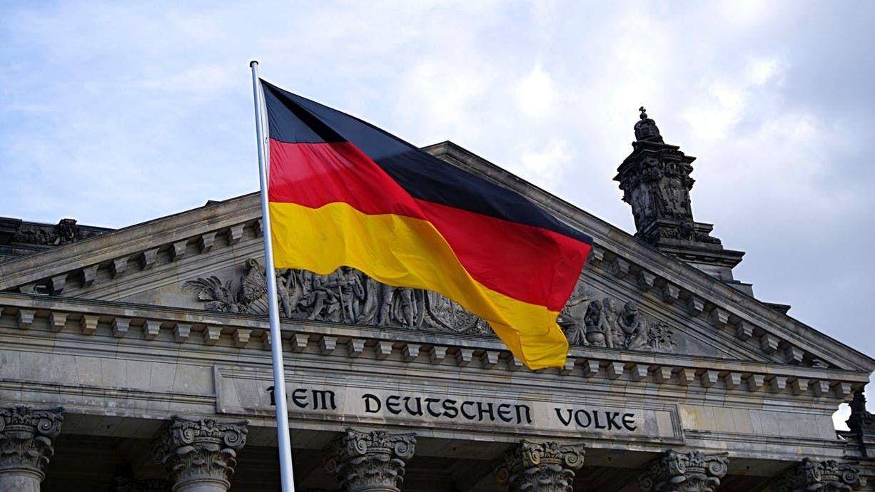 Флаг ФРГ на фоне Рейхстага