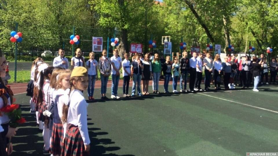 Делегация школьников из ЛНР на торжественной линейке