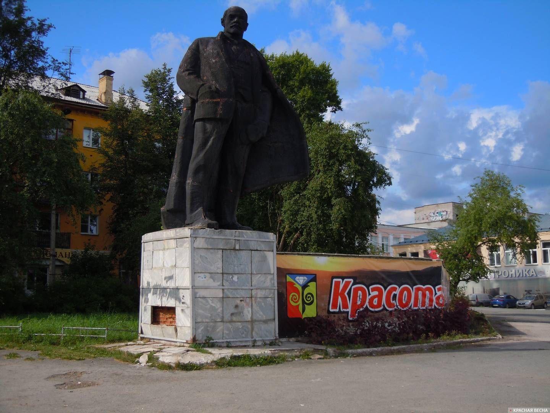 Памятник Ленину на центральной площади в Кусе