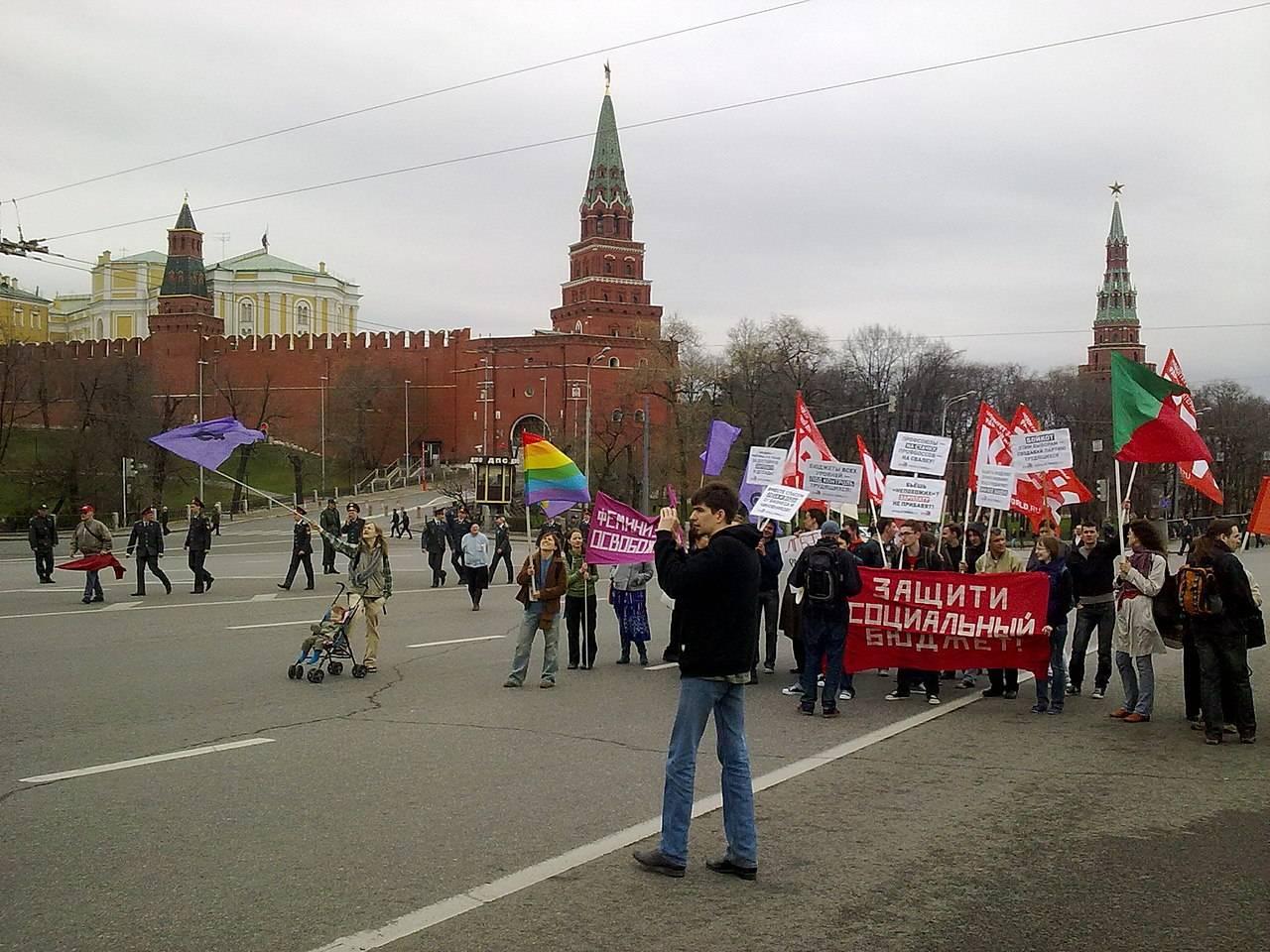 Колонна ЛевСД, КРИ, ЛГБТ, феминисток на первомайском шествии 2011 года. Москва
