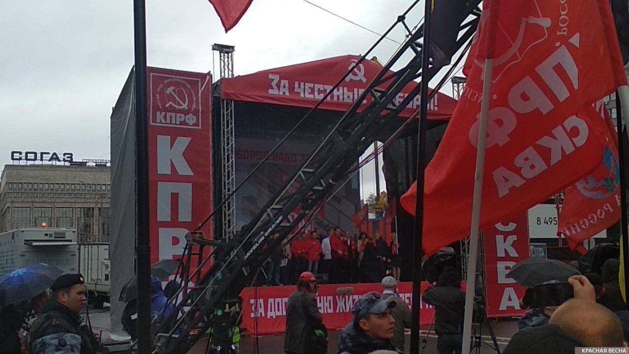 На сцене митинга