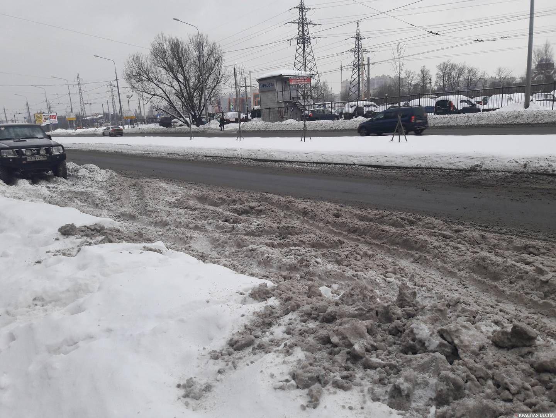 Санкт-Петербург. Двухполосная дорога на Северном проспекте превратилась в однополосную