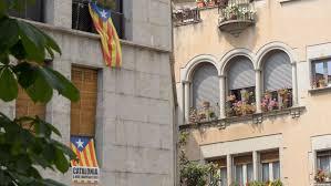 Флаги Каталонии в окнах, Жирона, Испания.