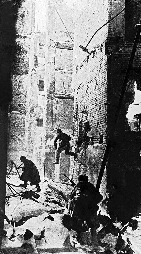 Советские войска в бою в Сталинграде. Январь 1943