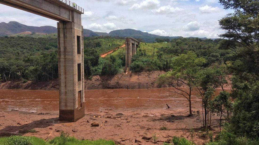 Прорыв дамбы в Брумадинью. Снесенный железнодорожный мост. Бразилия