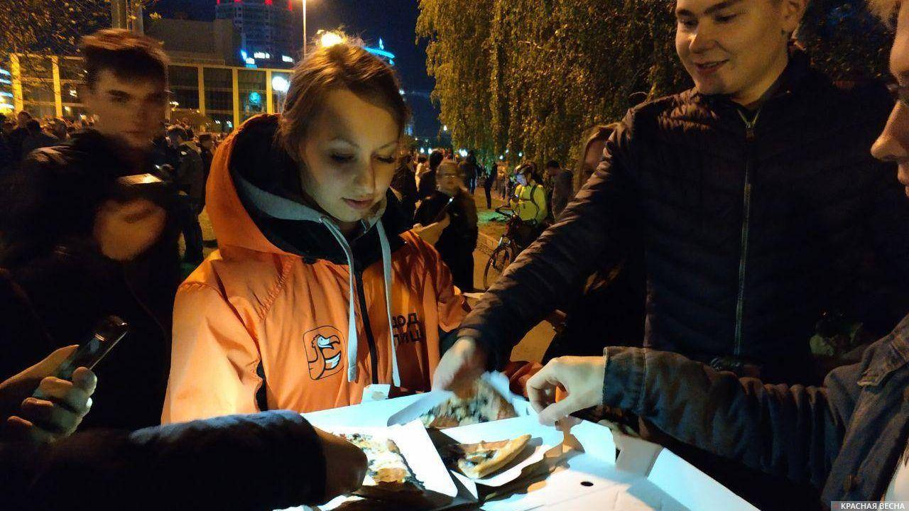 Протест на Октябрьской площади в Екатеринбурге, 15 мая 2019. Участникам митинга раздают пиццу