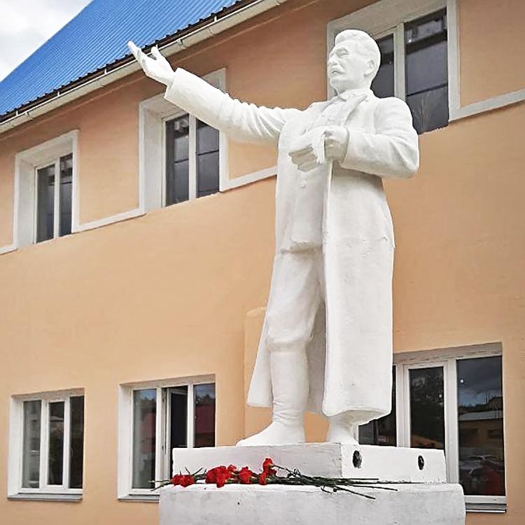 Восстановленный памятник Сталину в Кусе