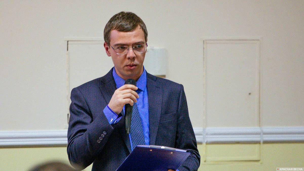 Активист Юрий Носов делает установочный доклад на конференции