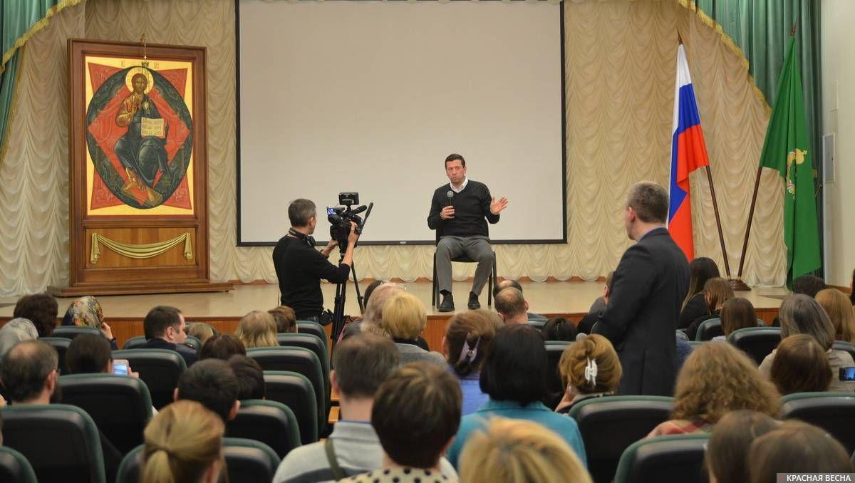 Актер А. Мерзликин отвечает на вопросы после показа фильма