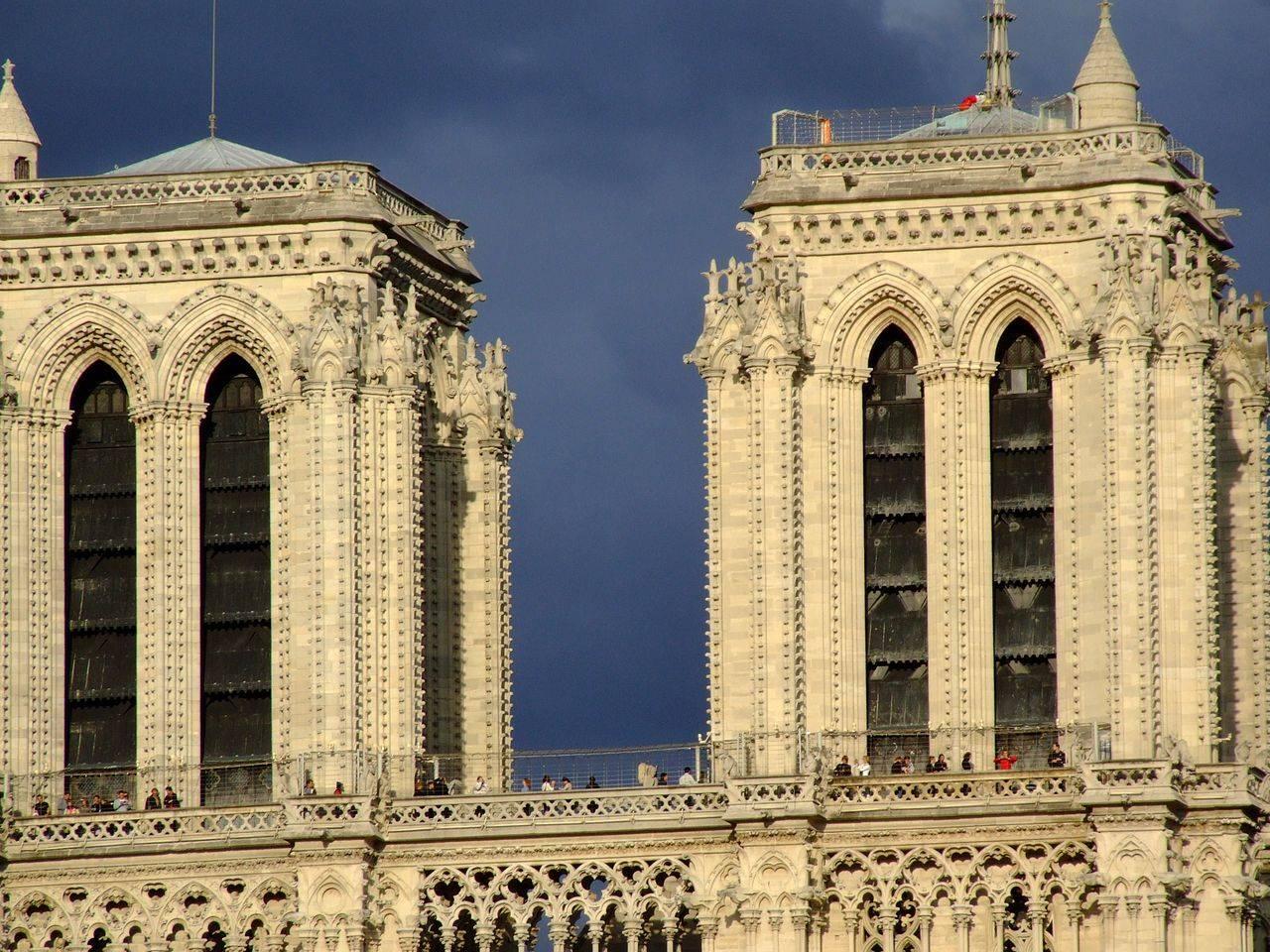 Туристы, обходящие северную (слева) и южную башни