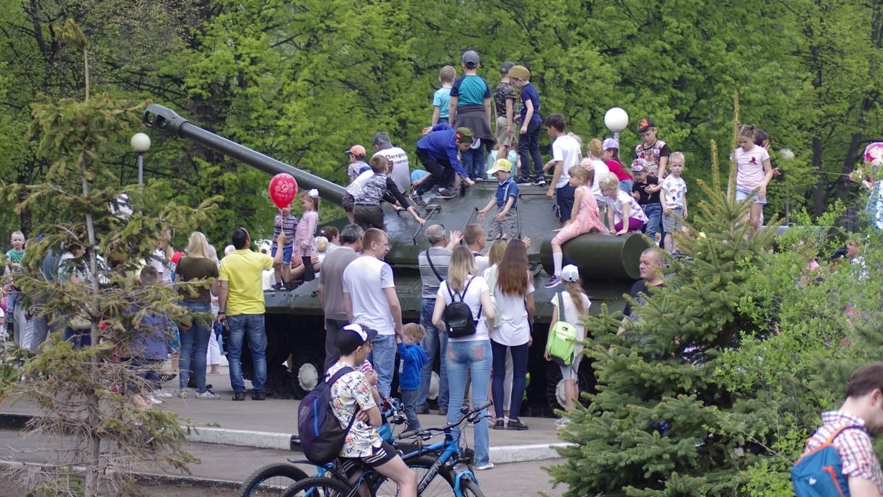 Тольятти, Самарская область. Любимое занятие детей в парке Победы — оседлать военную технику
