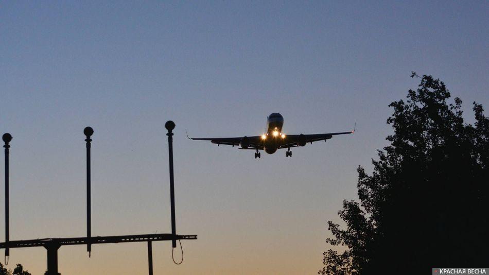 Авиалайнер заходит на посадку.