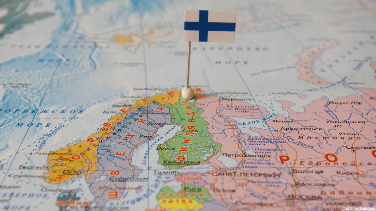 Финляндия с флагом на карте мира