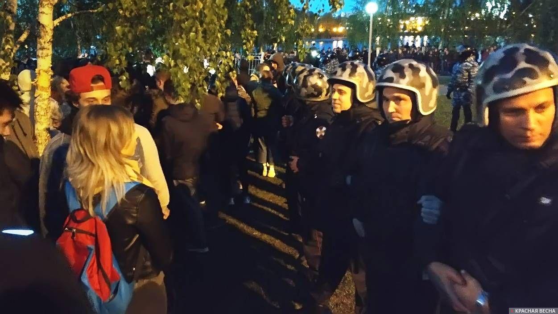 Протест на Октябрьской площади в Екатеринбурге, 14 мая 2019. Оцепление