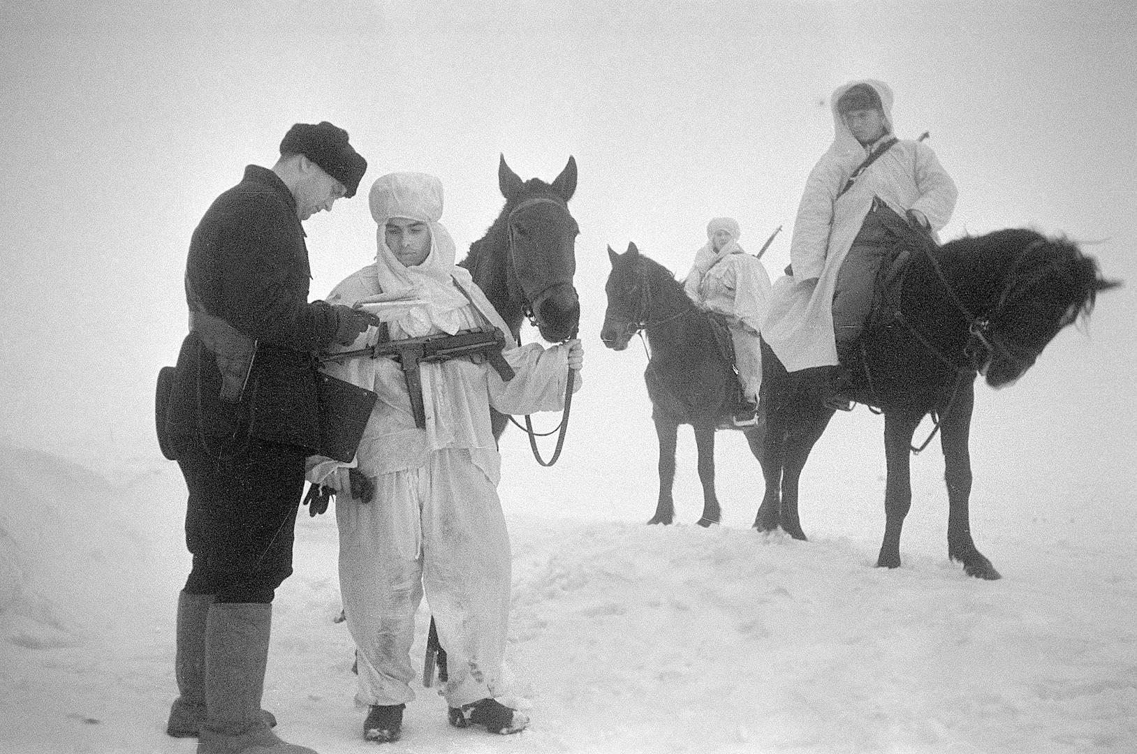 Семен Фридлянд. Советские конные разведчики получают задание от командира в степи под Сталинградом. Ноябрь-декабрь 1942