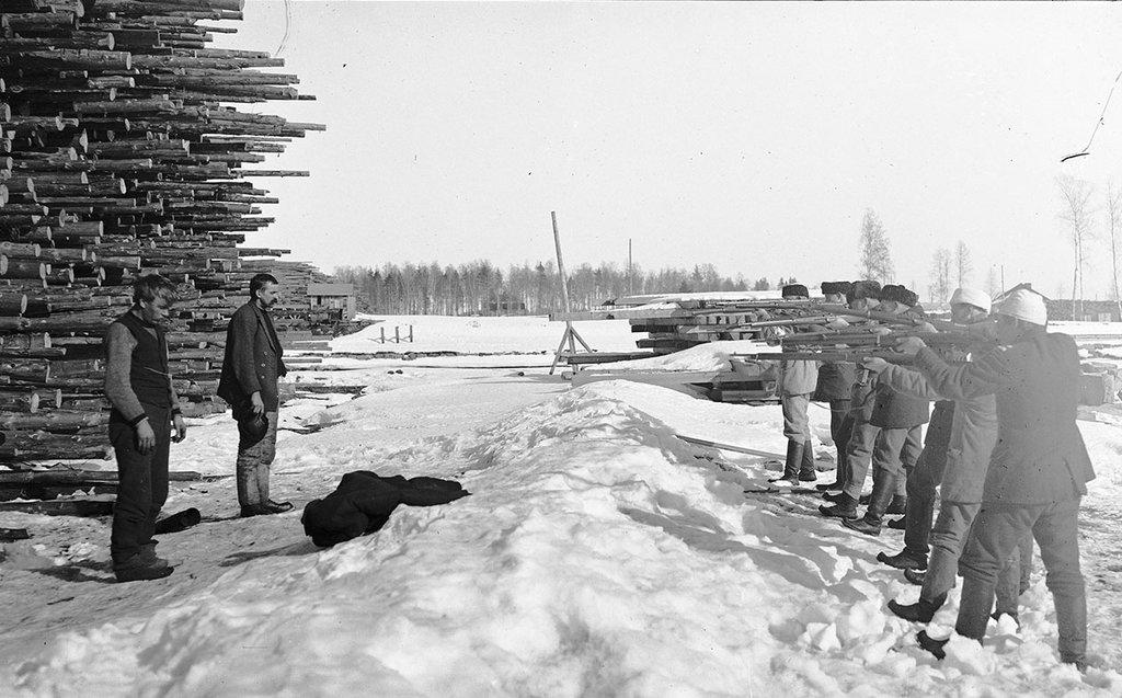 Белофинны расстреливают русских. 1918 г.