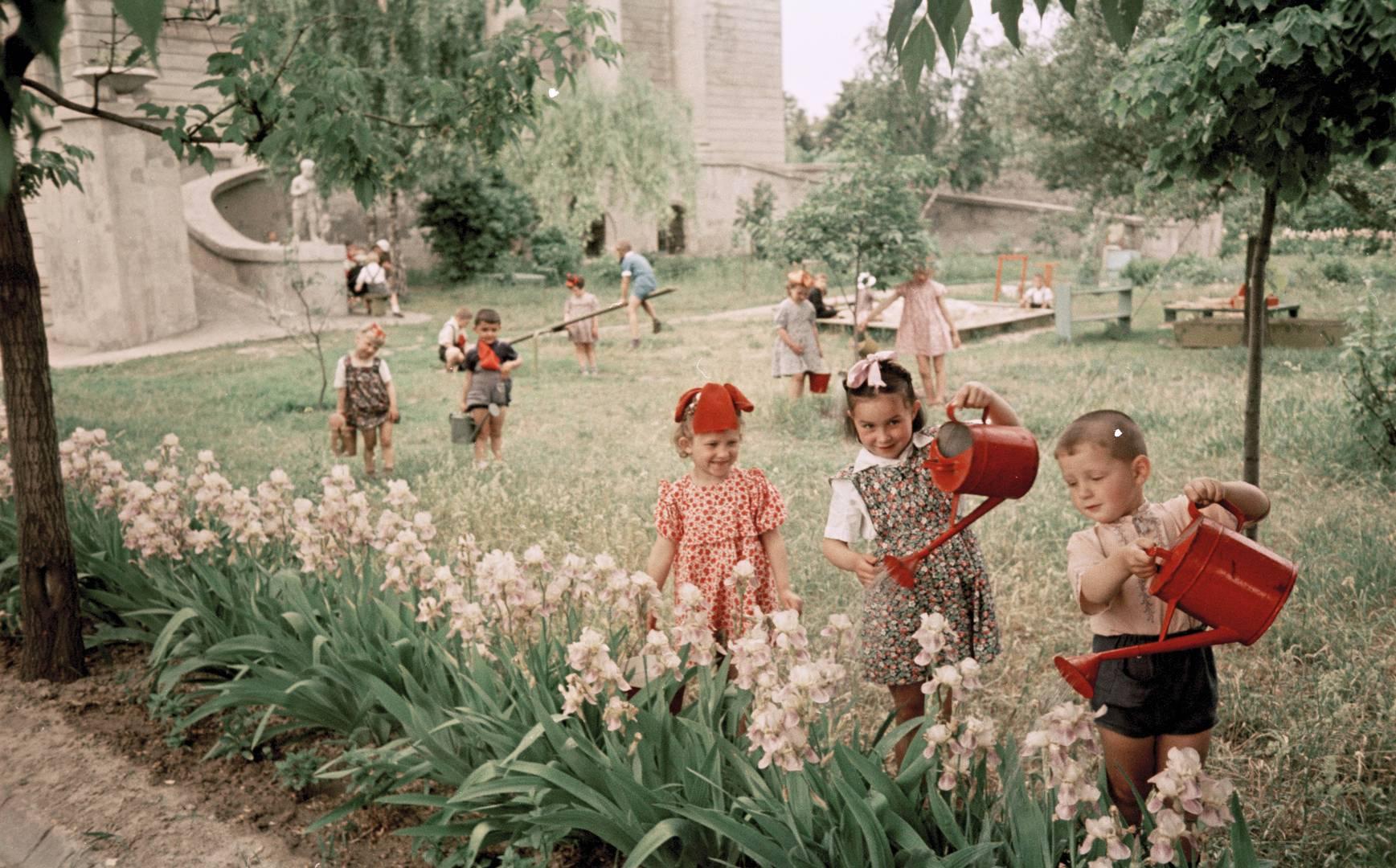 Семён Фридлянд. Дети поливают цветы. 1950-е