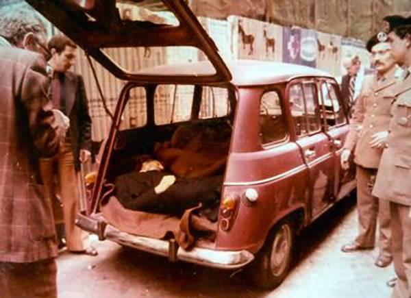 Тело убитого Альдо Моро в багажнике красного Renault 4 на виа Каэтани