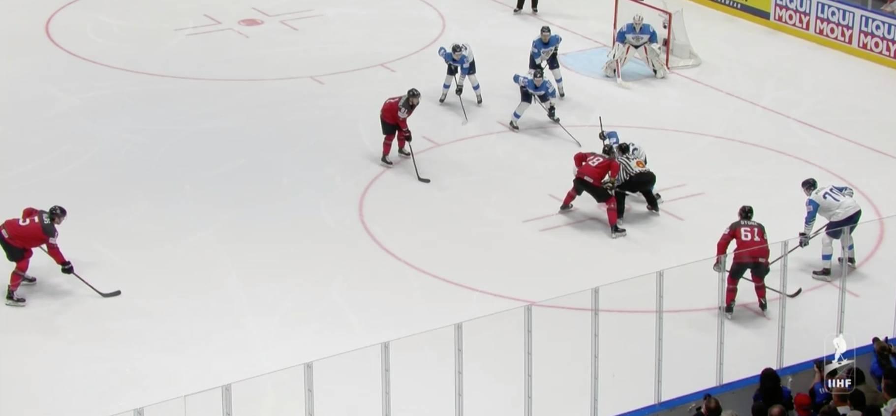 Вбрасывание у ворот сборной Финляндии