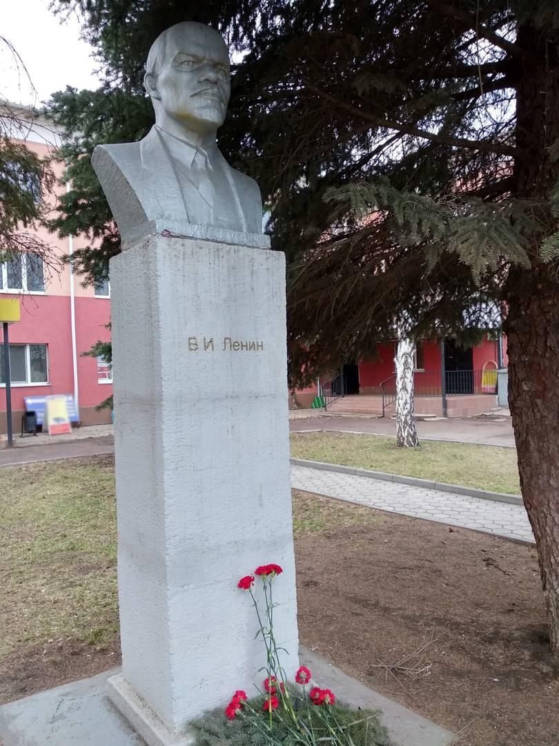 Оренбург. Памятник Ленину на улице Томилинская