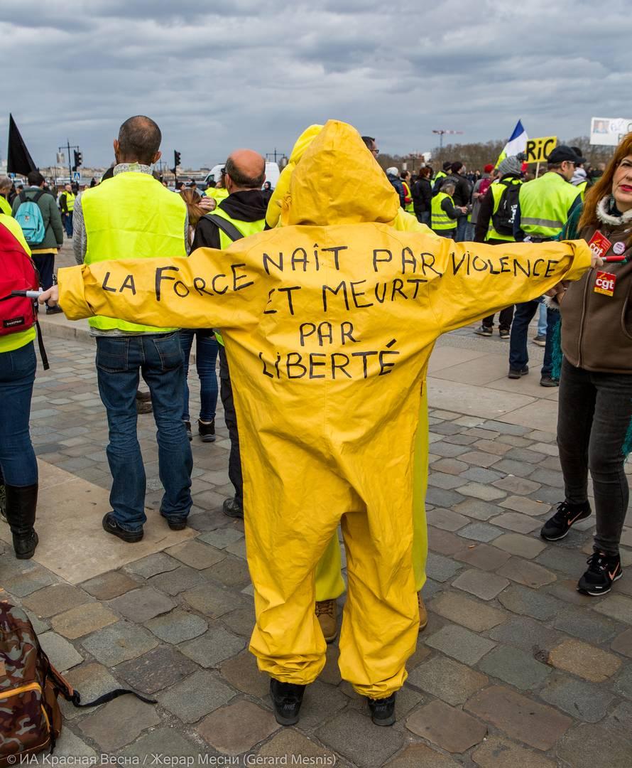 Надпись на одежде гласит: «Сила рождается благодаря насилию и умирает благодаря свободе»