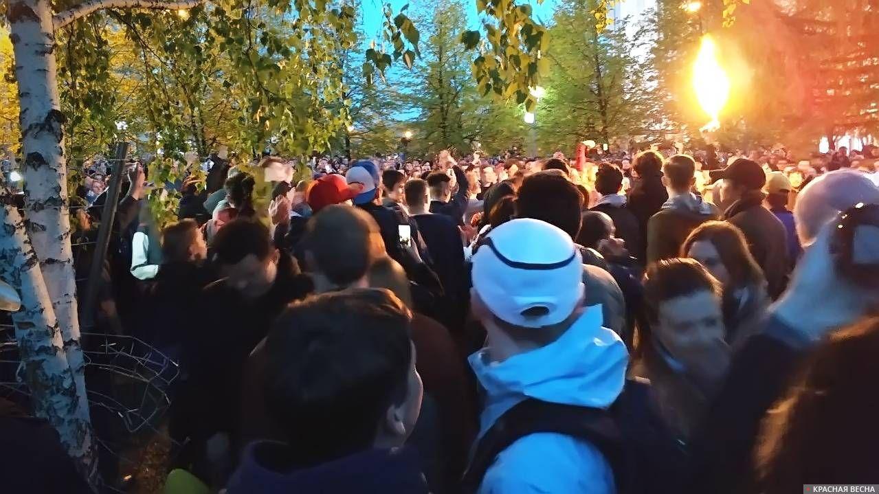 Протест на Октябрьской площади в Екатеринбурге, 14 мая 2019. Штурм ограждения