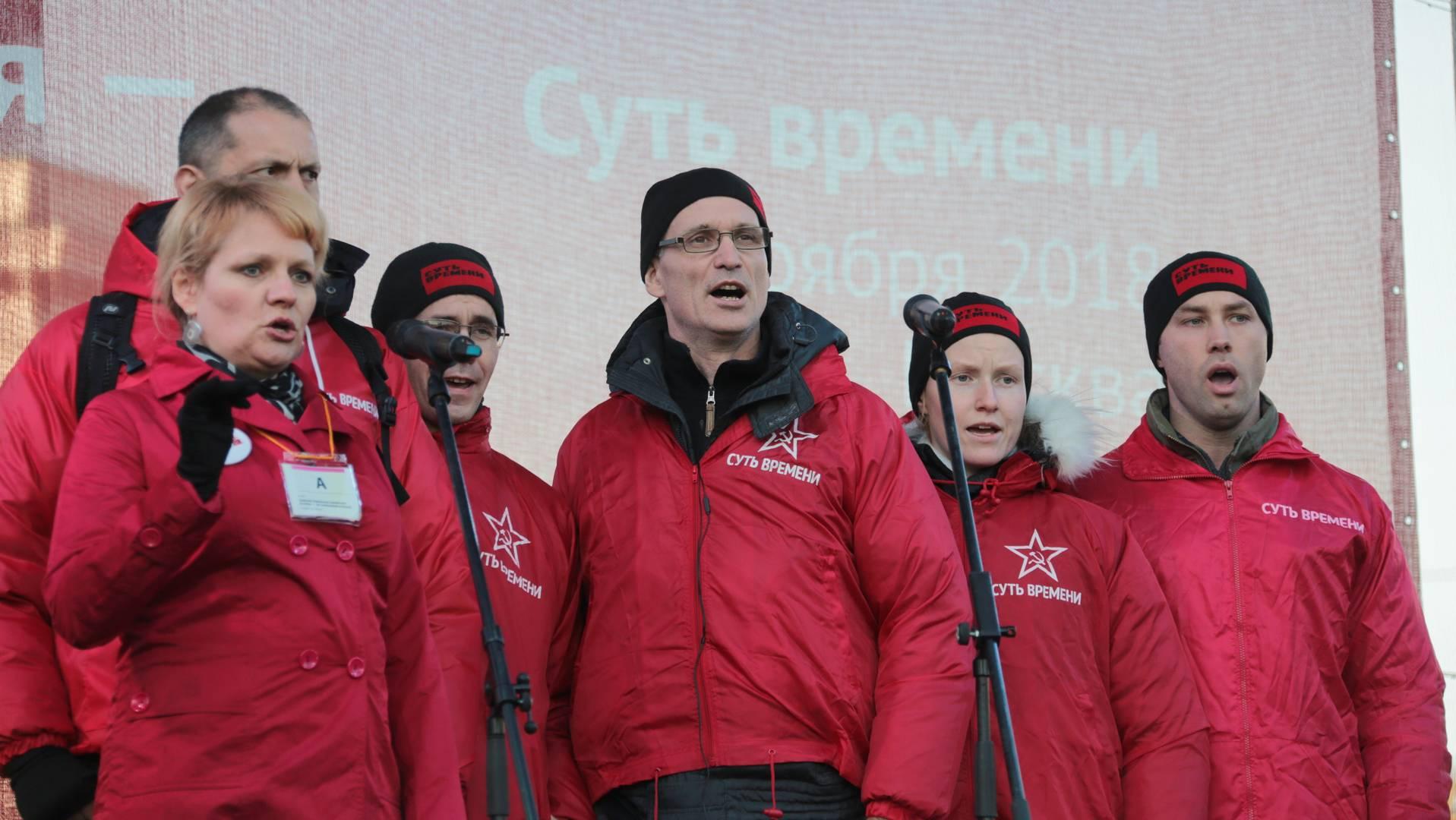 Хор и митинг поют Гимн Коминтерна. 5 ноября 2018 г. (Фото: Лыткин Андрей)