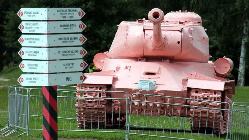 Военно-технический музей в Лешанах. Танк ИС-2, установленный в честь советских танкистов 29 июля 1945 года в Праге, в 1991 году демонтирован и перекрашен в розовый цвет.