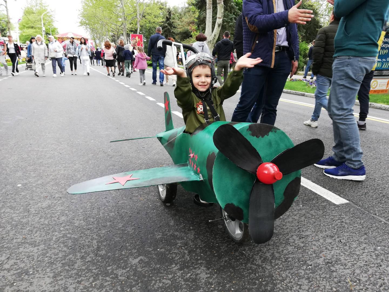 Анапа, Краснодарский край. Мальчик на самодельном самолете во время празднования Дня Победы.