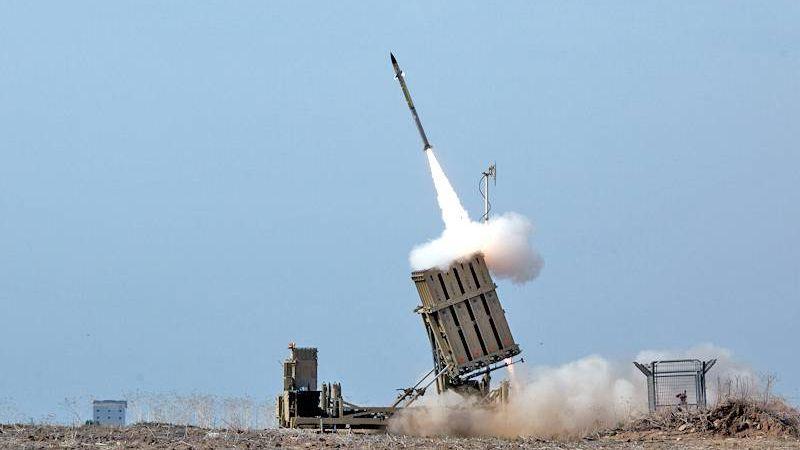 Израильские силы обороны - Железный купол перехватывает ракеты из сектора Газа